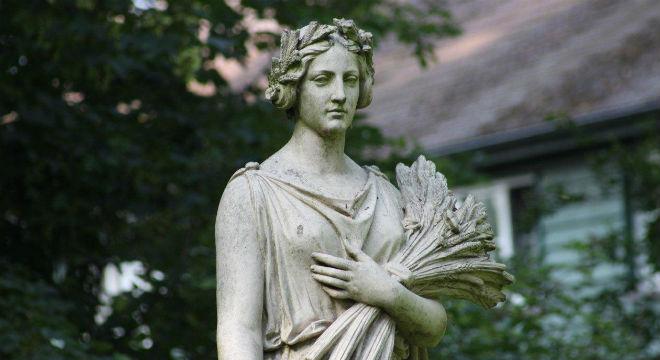 Demeter-Statue im Park von Gut Neverstaven